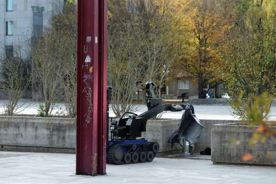 Bombni tehniki razstrelili kovček na Trgu republike, vsebina ni bila nevarna
