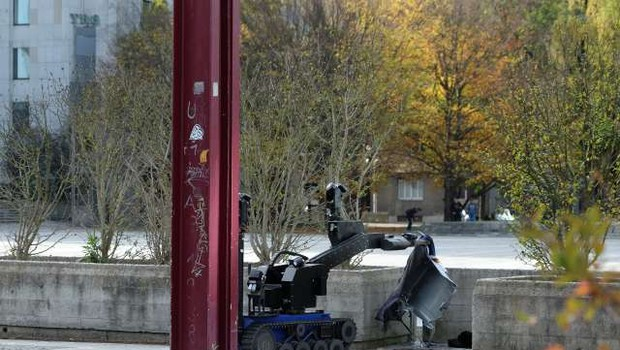 Bombni tehniki razstrelili kovček na Trgu republike, vsebina ni bila nevarna (foto: STA)