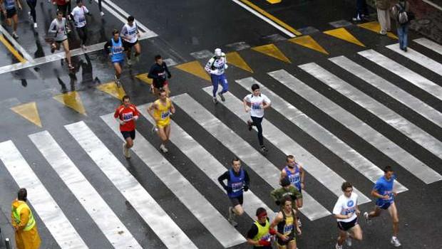 Prehodi preko trase in dostop do UKC v času ljubljanskega maratona (foto: Stanko Gruden/STA)