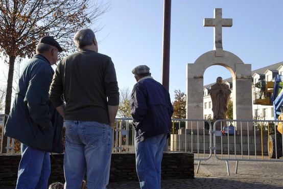 V Franciji sodišče naložilo odstranitev križa nad kipom papeža Janeza Pavla II.