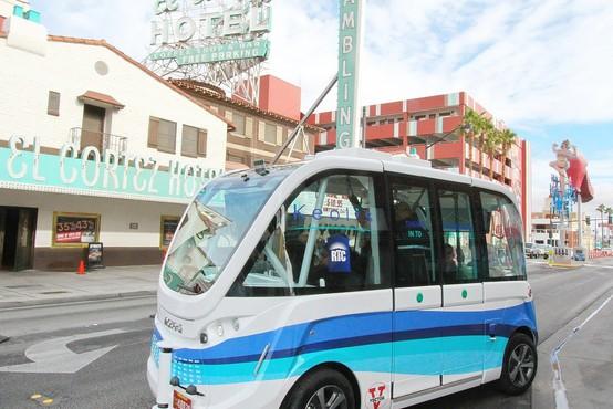 Las Vegas: Avtobus brez voznika že prvi dan udeležen v trčenju