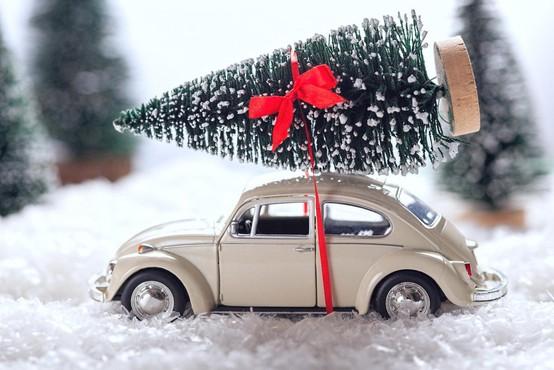 Nemčija: S prevelikim božičnim drevescem podiral prometne znake in ogrožal ljudi!