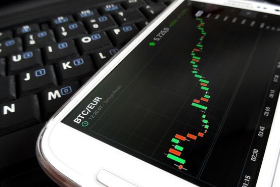 Kriptovalute še naprej izgubljajo vrednost: Bitcoin že pod mejo 6000 dolarjev!