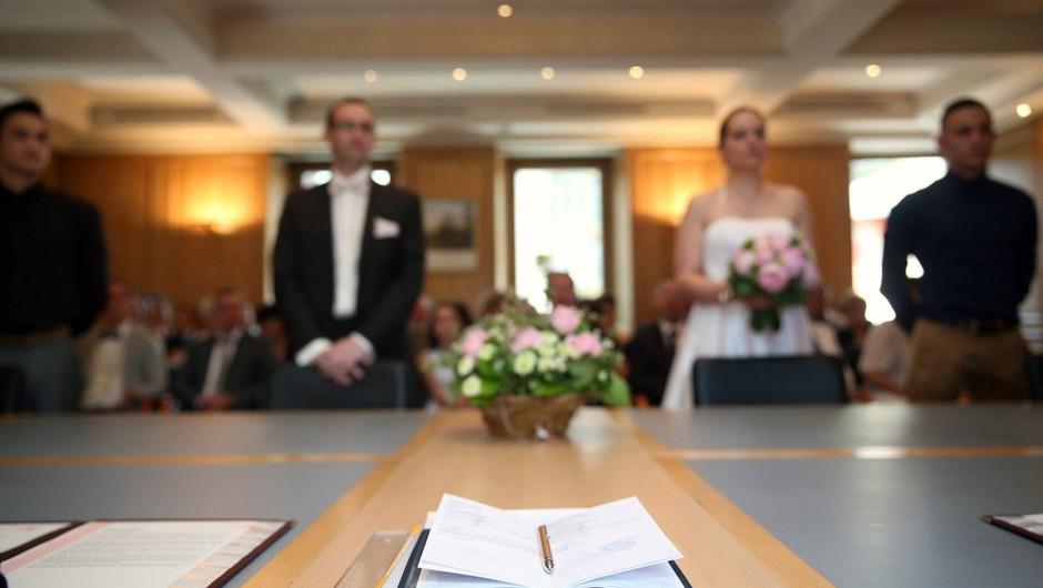 Odslej se bomo lahko poročili tudi brez prič! (foto: profimedia)