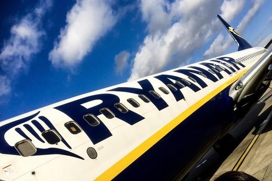 Ryanairovega potnika, ki je zaradi predolgega čakanja sedel na krilo letala, aretirali!