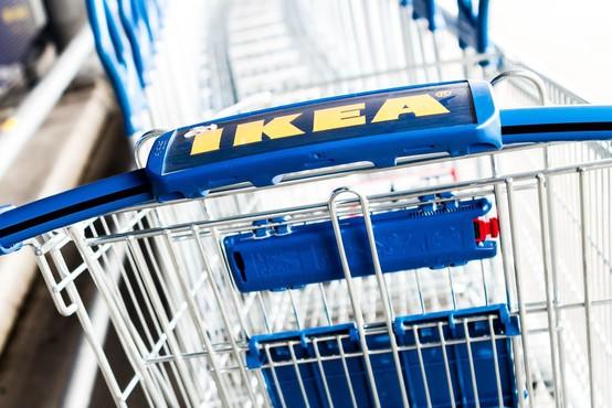 Bizarka! Ikea v oglasu poziva nosečnice, naj urinirajo na katalog za nižjo ceno izdelka!