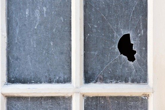 Po Kamniku to jutro norel moški in s kladivom razbijal okna in izložbe!
