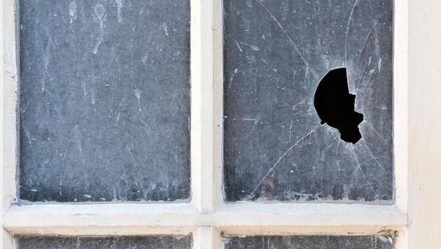 Po Kamniku to jutro norel moški in s kladivom razbijal okna in izložbe! (foto: profimedia)
