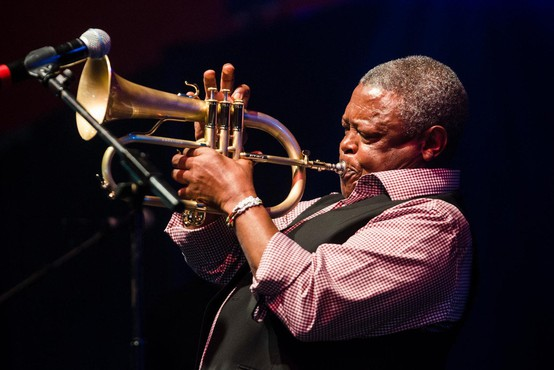 Umrl je vrhunski južnoafriški trobentač Hugh Masekela