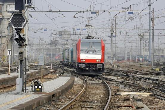 V iztirjenju vlaka pri Milanu mrtvi in poškodovani, več ljudi še vedno ujetih v vagonih!