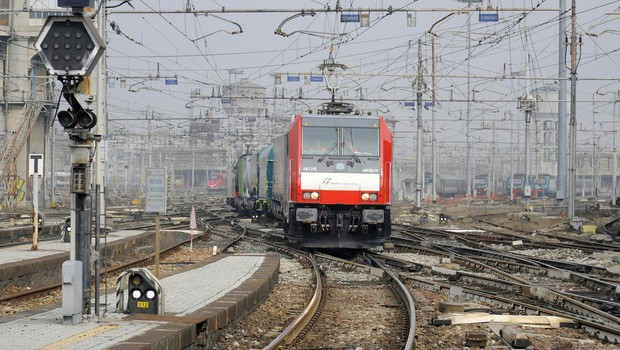 V iztirjenju vlaka pri Milanu mrtvi in poškodovani, več ljudi še vedno ujetih v vagonih! (foto: profimedia)