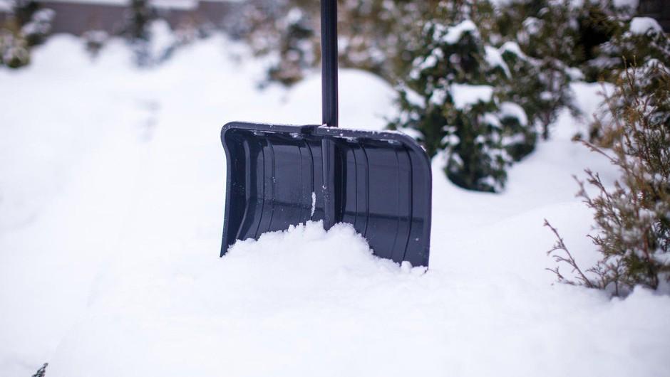 Po Sloveniji sneži, sneg pa se oprijemlje cestišč in povzroča težave v prometu! (foto: profimedia)