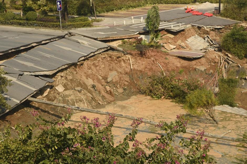 Na jugu Kitajske se je vdrla cesta in pod seboj pokopala številne ljudi! (foto: profimedia)