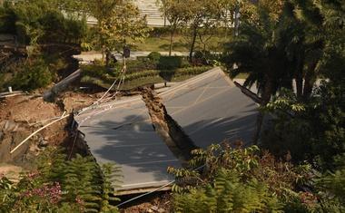 Na jugu Kitajske se je vdrla cesta in pod seboj pokopala številne ljudi!