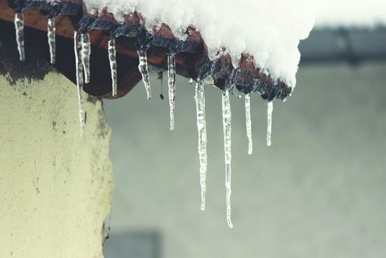 V prihajajočih dneh se pazite ledenih sveč, ki bodo nastajale na strehah!