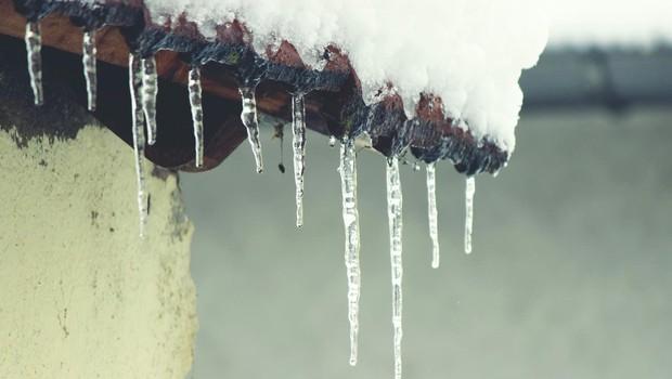 V prihajajočih dneh se pazite ledenih sveč, ki bodo nastajale na strehah! (foto: profimedia)