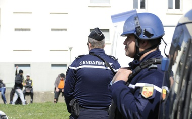 Četrta žrtev terorista postal francoski policist, ki je prevzel mesto talca!
