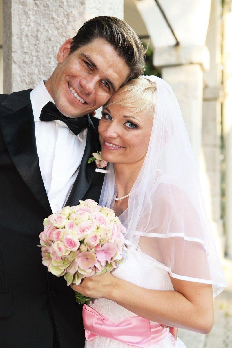 Na poroki pa sta blestela tudi ta dva plesalca, Jagoda in Jurij Batagelj! Njuno poroko je zaznamoval slog 50-ih, večno zvestobo pa sta si obljubila na prelepem Dvorcu Zemono v Vipavski dolini.