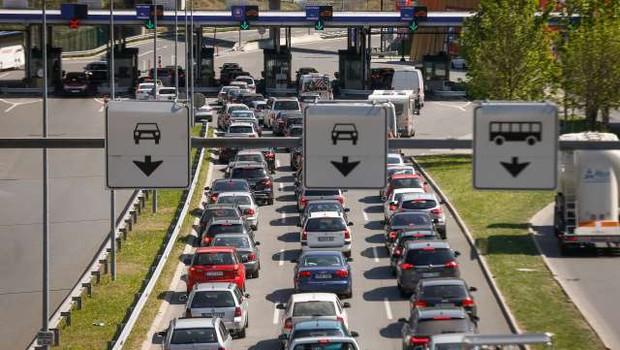 Na avtocestah zastoji, na mejnih prehodih pa čakalne dobe! (foto: STA)