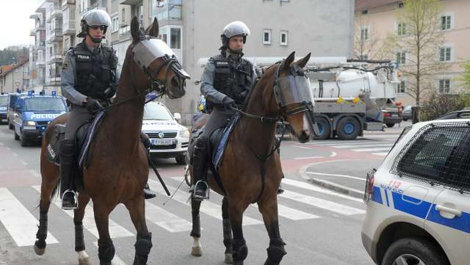 Zaradi sobotnega nogometnega derbija v Stožicah v pripravah tudi policisti! (foto: STA)
