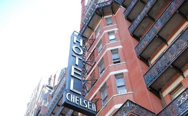 50 vrat slavnega newyorškega hotela Chelsea na dražbo po zaslugi brezdomca!