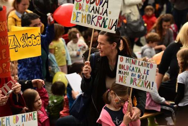V središču Ljubljane so se zbrali protestniki, ki nasprotujejo cepljenju! (foto: Tamino Petelinšek/STA)