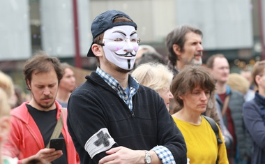 V središču Ljubljane so se zbrali protestniki, ki nasprotujejo cepljenju!