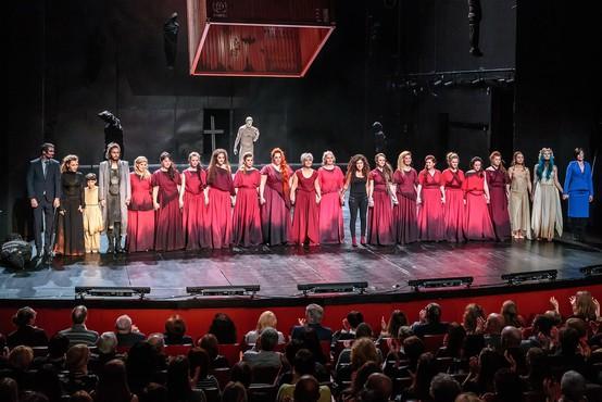 Na velikem odru novogoriškega gledališča žalostna usoda žensk iz porušene Troje