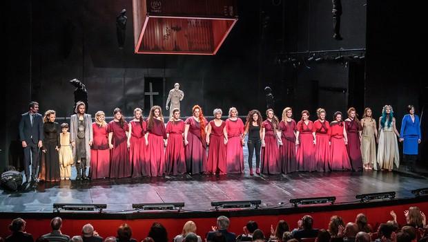 Na velikem odru novogoriškega gledališča žalostna usoda žensk iz porušene Troje (foto: David Verlič)