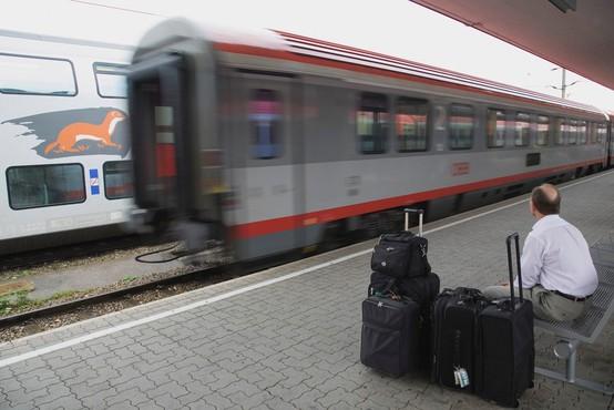V nesreči na glavni železniški postaji v Salzburgu več deset ljudi ranjenih