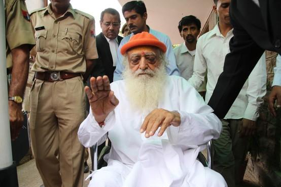 Indijski guru zaradi posilstva najstnice obsojen na dosmrtni zapor