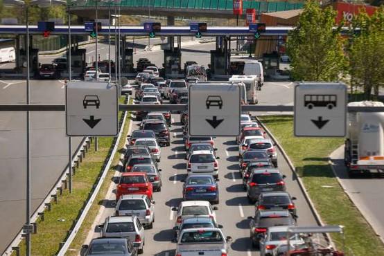 Zaradi praznika in začetka prvomajskih počitnic povečan promet proti Primorski