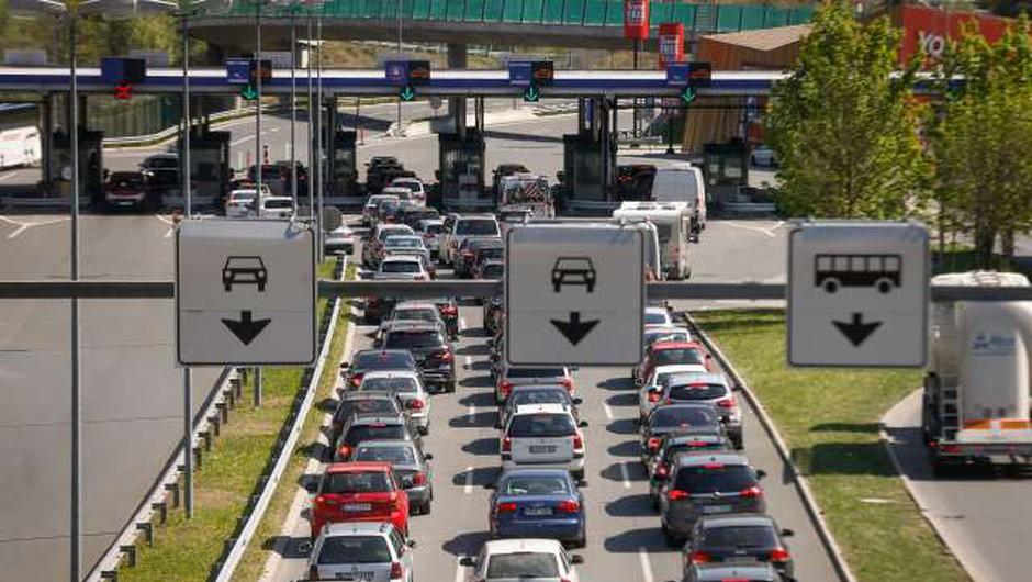 Zaradi praznika in začetka prvomajskih počitnic povečan promet proti Primorski (foto: Anže Malovrh/STA)