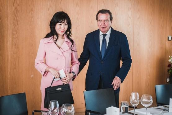 Schröderja zaradi razmerja z zaročenko doletela tožba njenega bivšega moža!