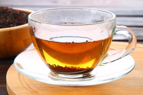 Indija: Prodajalec čaja je vodo za napitke zajemal na stranišču vlaka!