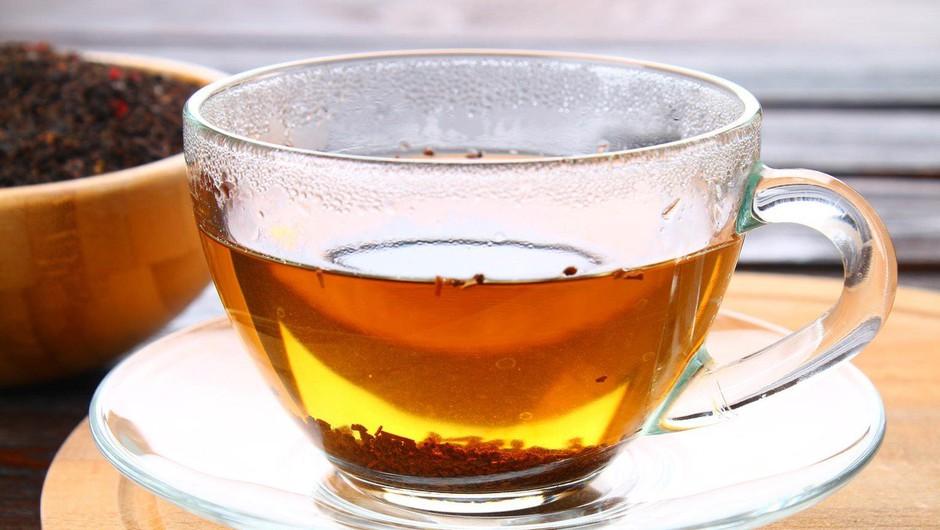 Indija: Prodajalec čaja je vodo za napitke zajemal na stranišču vlaka! (foto: profimedia)