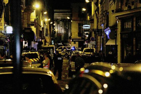 V Parizu napadalec z nožem napadel ljudi, ubil enega in ranil štiri!