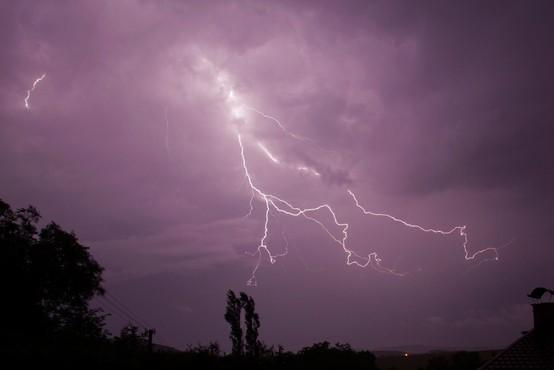 Nevihtno vreme še povzroča nevšečnosti, a danes še brez večjih posledic