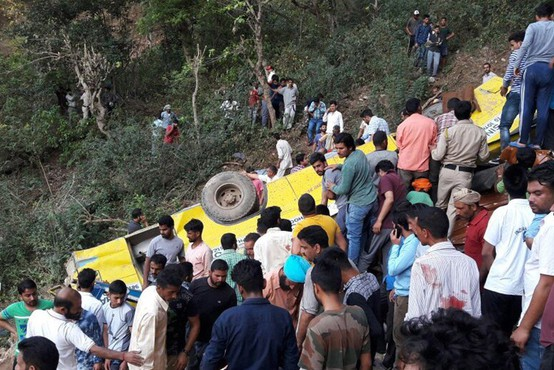 V Indiji spet zgrmel avtobus s ceste