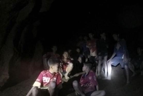 Tajske dečke in trenerja bodo iz jame morda reševali še mesece?