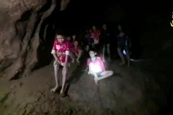 """Reševalna akcija dečkov v tajski jami: """"Učitelj dečkov je junak!"""""""