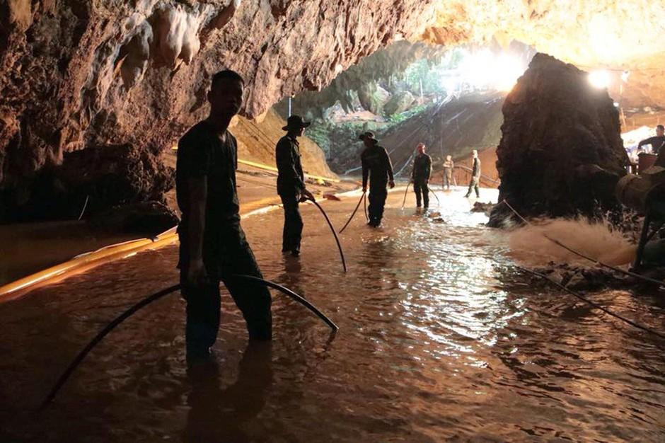Reševanje tajskih dečkov iz poplavljene jame: 4 dečki rešeni, ostale bodo reševali v ponedeljek! (foto: profimedia)