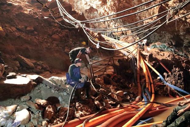 Na Tajskem iz jame rešili še osmega fanta, reševanje bodo nadaljevali v torek! (foto: profimedia)