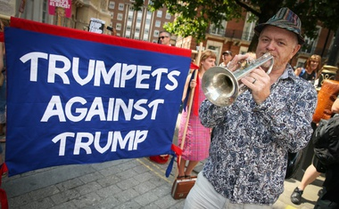 Na protestih proti Trumpu v Londonu več deset tisoč ljudi in gigantski rumeni balon!