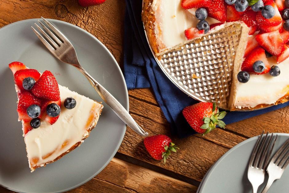 Recept: Slastna poletna torta z grškim jogurtom in sadjem (BREZ sladkorja in peke!) (foto: profimedia)