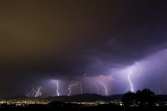 Za hrvaško Istro je burna noč : neurje in strele najbolj opustošile Umag in Rovinj