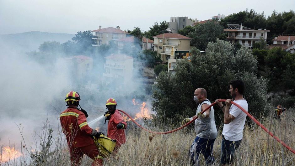 Požari v okolici Aten posledica pretrgane električne napeljave (foto: Profimedia)