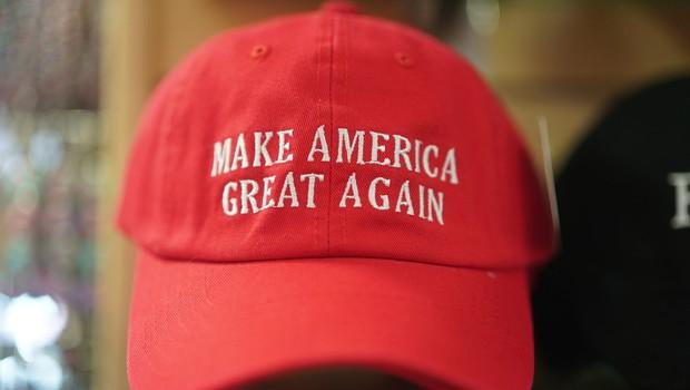 Karma na delu: Trumpove carine ovirajo uvoz njegovih kap in majic s Kitajske! (foto: profimedia)