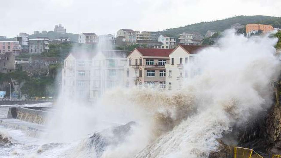 Japonci si še niso opomogli po uničujočih poplavah pa jih je že udaril  tajfun Jongdari (foto: STA)