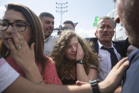 Palestinska najstnica Ahed Tamimi, ki je decembra primazala zaušnico izraelskemu vojaku, na prostosti